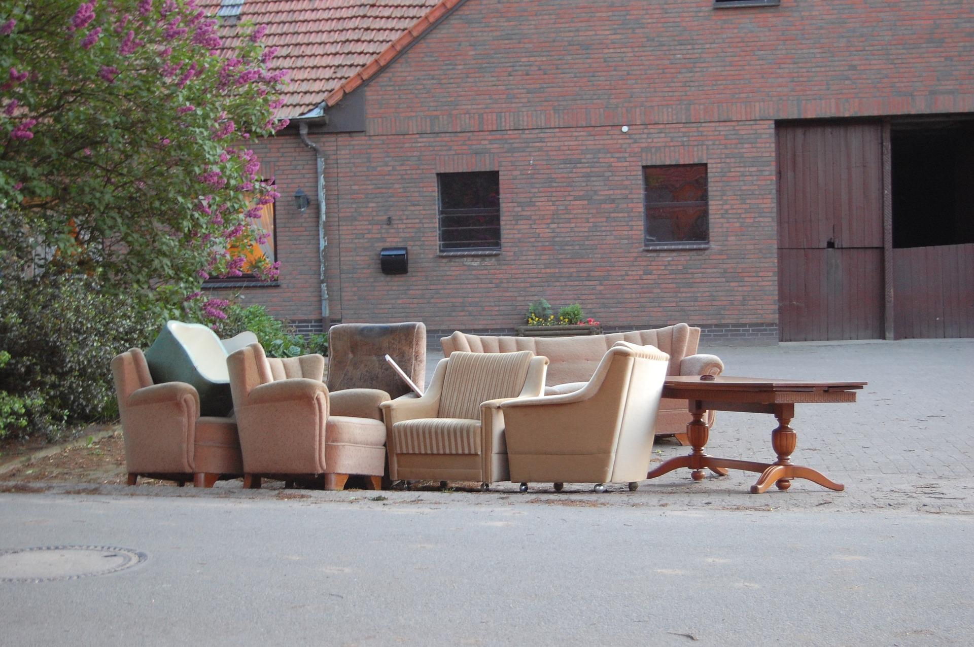 déchets encombrants dans une rue