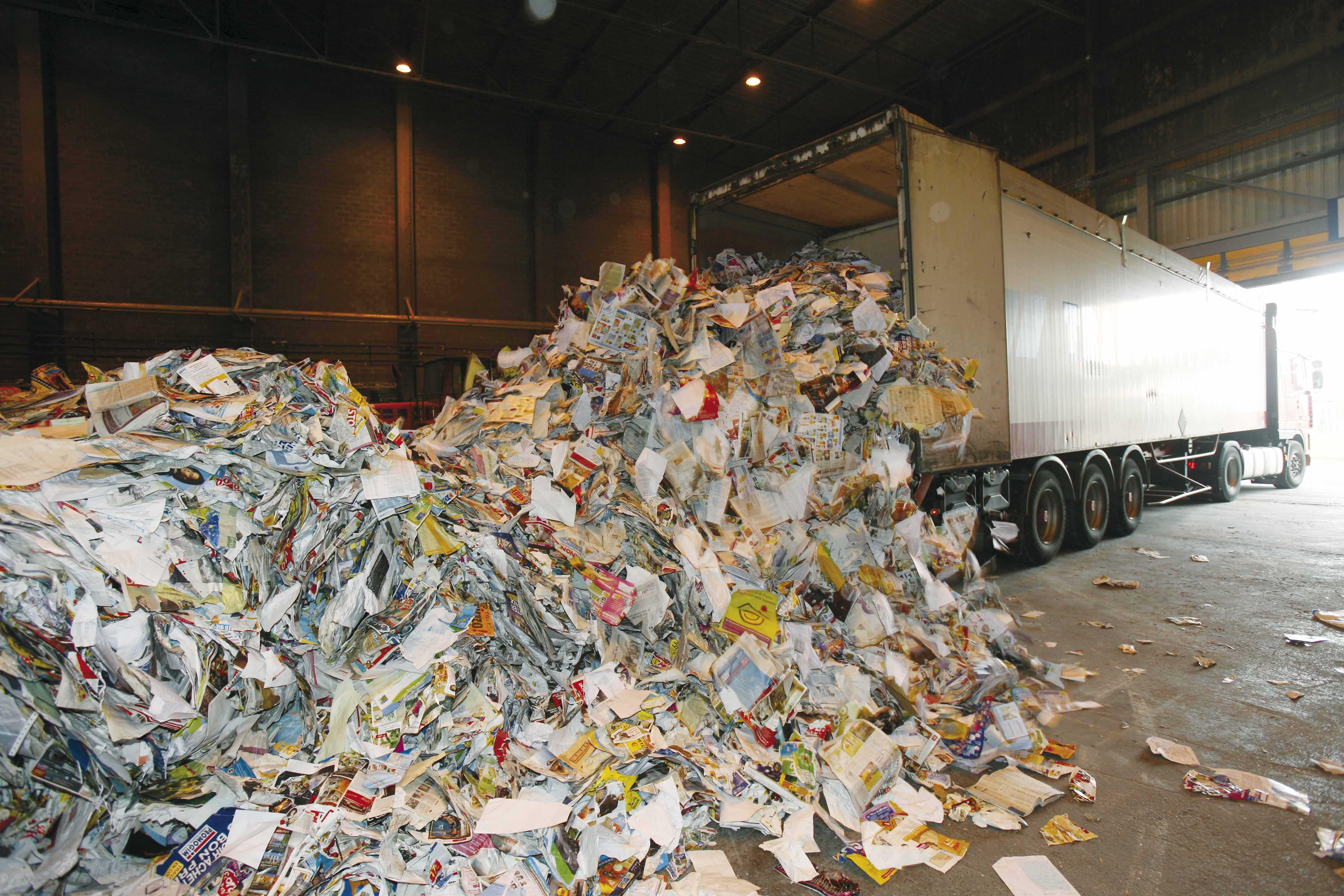 camion déchargeant des déchets papiers