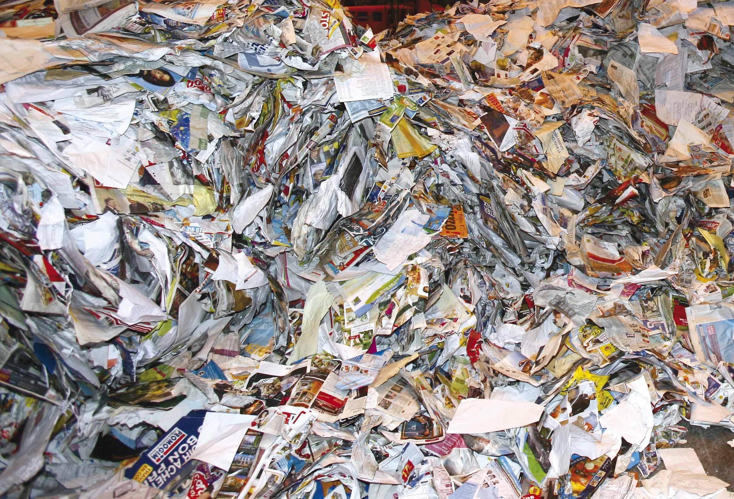 tas de papiers à recycler