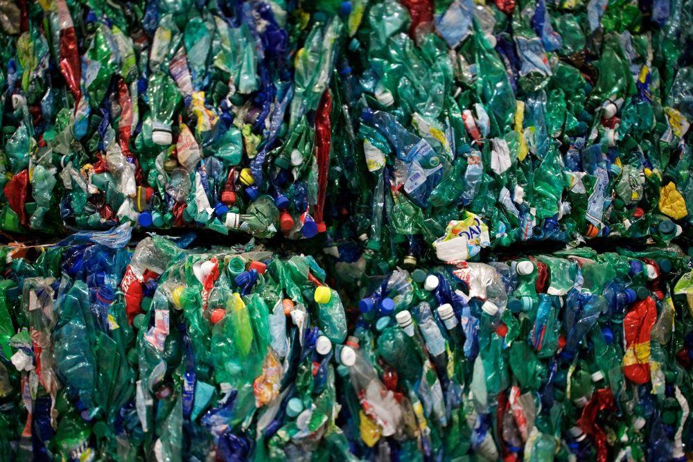 bouteilles plastiques rassemblées et compressées