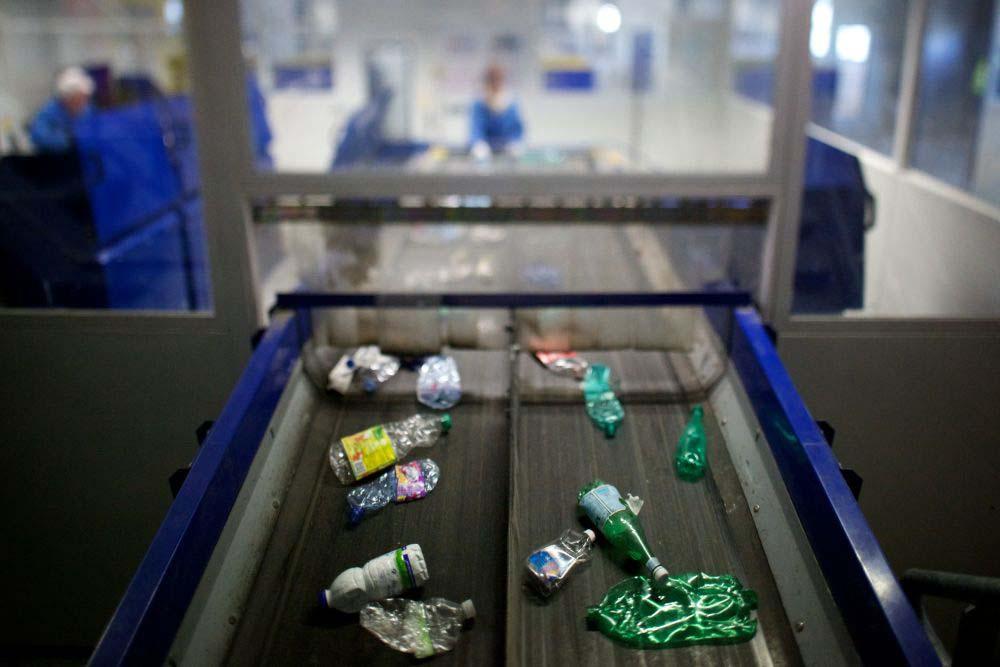 déchets plastiques recyclés sur un tapis